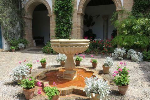 12 patios del palacio de viana min