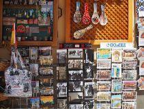 Imanes de la ciudad. Escaparate de tienda de souvenirs
