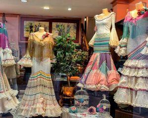 vestidos de flamenca y abanicos