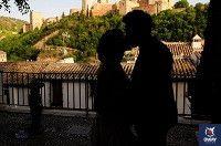 pareja de enamorados besandose frente a la alhambra