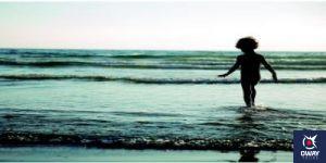 Niño en la orilla de la playa Cádiz