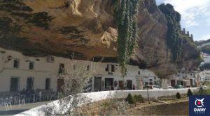 Casas bajo las grandes rocas del pueblo de Setenil de las Bodegas en Cádiz