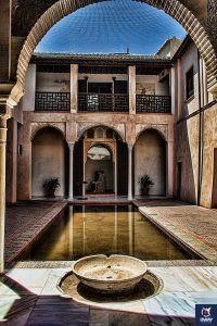 Interior de Casa Zafra, detalle de una estancia encabezada por una fuente y una alberca
