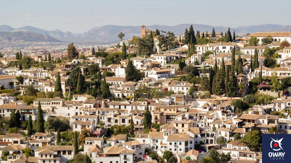 Vista de casas blancas del barrio del Albaicín de Granada