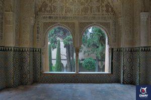 Detalle ventana geminada del interior de los Palacios Nazaríes de Granada