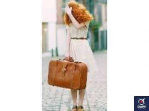Chica con una maleta y la mano en la cabeza indicando desesperación