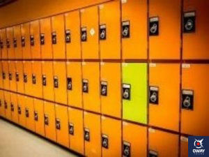 Una pared repleta de taquillas amarillas