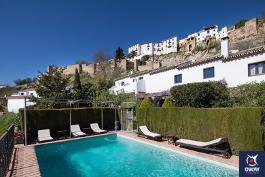 Vistas del interior con piscina del hotel alavera de Ronda