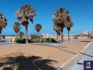 Plaza junto a la playa