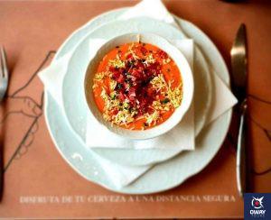 Plato de salmorejo servido con huevo y jamón en Casa Salinas
