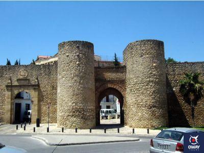 Puerta Almocabar y las murallas árabes