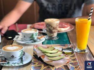 Gran variedad de productos ofrecidos por las mejores cafeterías de Granada