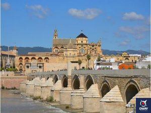 Pont romain par une chaude journée à Cordoue