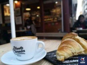 Terreza con cruasan y café de la cafetería Santa Canela en Málaga