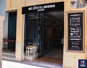 Entrance to the cafeteria El ultimo mono in Málaga