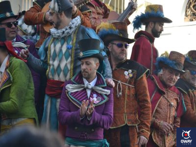 Personas vestidas de carnaval para cantar una chirigota en Cádiz