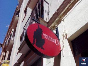 Cervecería destacada por sus abundantes tapas en Granada