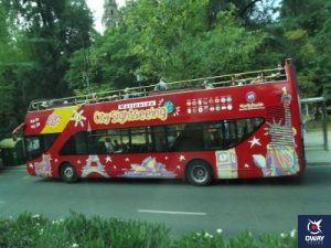 Circuit touristique en bus à travers les lieux les plus emblématiques de la capitale de Séville.