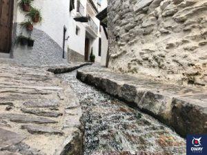 Calle típica con canalillo de agua en Pampaneira con ca