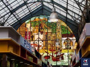 Interior con vista a las vidrieras del Mercado Atarazanas en Málaga