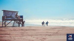 La plage de Yerbabuena est idéale pour faire du surf tout en profitant des magnifiques paysages qu'offre cet endroit naturel.