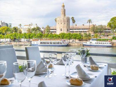 Restaurant avec la Torre del Oro en arrière-plan