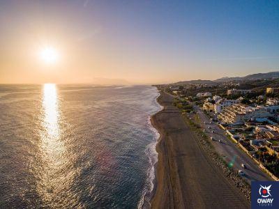 Coucher de soleil sur l'une des meilleures plages pour le surf à Malaga