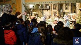 enfants visitant une crèche
