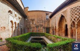 El Patio del Yeso está compuesto por un patio rectangular alrededor del cual se distribuyen las estancias. Además, cuenta con una alberca en el centro del patio, lo que permite observar el homenaje que se le hace al agua, algo propio de los palacios islámicos.
