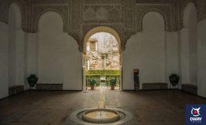La sala de la Justicia es la primera obra mudéjar del Alcázar. Se trata de una estancia casi cuadrada, culminada por un atesorado de estilo mudéjar.