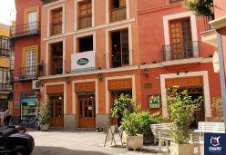 Los Coloniales, tapas et recettes espagnoles dans un mesón andalou animé avec carreaux peints, armoires en bois et terrasse, à 0,6 km de la Casa Natal Velázquez.