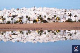 Conil de la Frontera es un maravilloso pueblo blanco y marinero de la costa de Cádiz. Se encuentra bañado por el Océano Atlántico y situado sobre un llano en la costa, a unos 43 kilómetros de la capital.